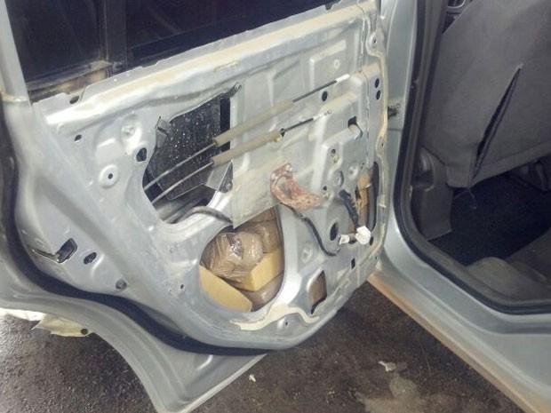 Polícia Rodoviária Federal encontrou droga após abordagem ao motorista do veículo, no Cabo de Santo Agostinho. (Foto: Divulgação / PRF)