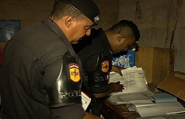 No local, policiais encontraram 21 blocos de receitas médicas em gráfica de Goiânia, Goiás (Foto: Reprodução/TV Anhanguera)