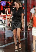 Look do dia: Letícia Birkheuer usa minissaia e espadrilles no Rio