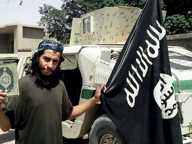 Foto sem data, publicada em uma revista online do Estado Islâmico, mostra Abdelhamid Abaaoud, apontado como mentor dos ataques de Paris (Foto: Social Media Website via Reuters)