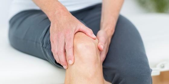Paciente segura o joelho. Estudos sugerem que fisioterapia é mais eficaz do que cirurgia para tratar o menisco (Foto: Thinkstock/Getty Images)