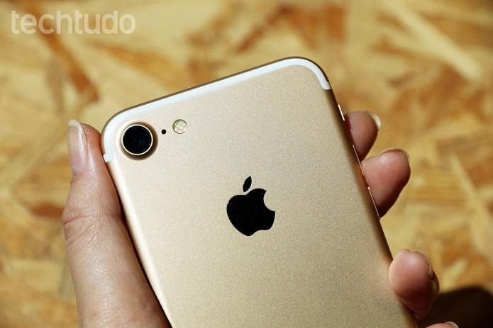 Mudanças do iPhone 7 são perceptíveis na parte traseira (Foto: Anna Kellen Bull/TechTudo)