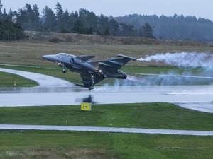 Gripen decola em teste na fábrica da Saab em Linkoping, na Suécia (Foto: Saab/divulgação)