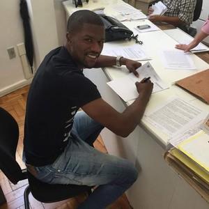 Carlos César renovou contrato até 2018 com o Galo (Foto: Divulgação)