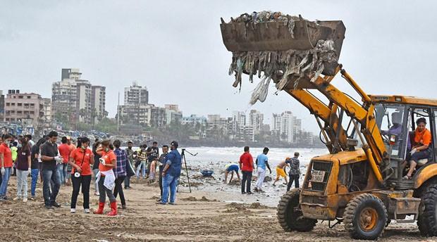 Projeto de 85 semanas retira 5 mil toneladas de lixo da praia de Mumbai (Foto: © Hindustan Times via Getty Ima)