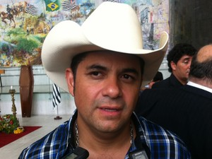 O cantor Donizeti no velório do corpo de Inezita Barroso (Foto: Letícia Macedo/ G1)