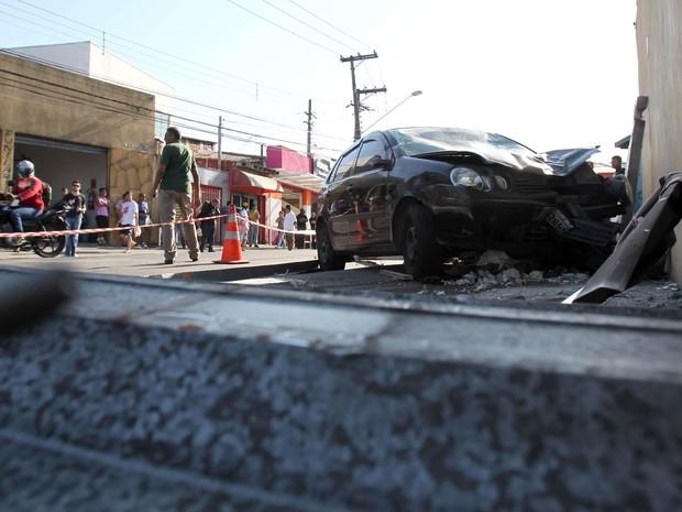 Um carro perdeu o controle e atingiu um ponto de ônibus na Rua Eudoro Lincoln Berlinck, no Butantã, Zona Oeste de São Paulo, no início da manhã. Uma idosa de 60 anos, moradora do bairro, morreu. Outras quatro pessoas se feriram, entre elas o motorista (Foto: Werther Santana/Estadão Conteúdo)
