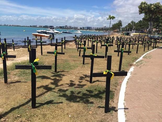 202 cruzes foram fincadas na areia em frente ao Alagoinha, na orla de Maceió (Foto: Paula Nunes/G1)