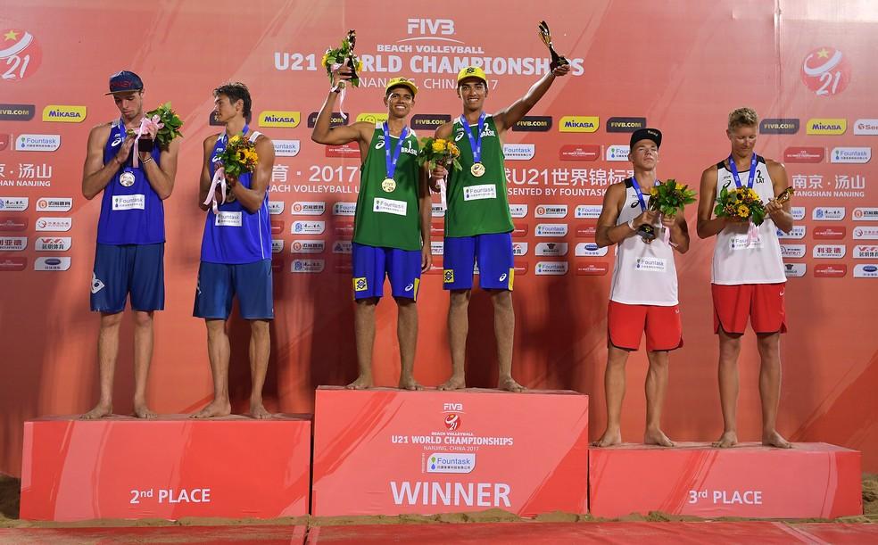 Renato e Adrielson no topo do pódio pela primeira vez no Mundial sub-21 (Foto: Divulgação / FIVB)