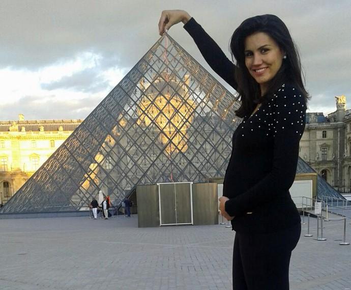 Ex-BBB também brinca de segurar o Museu do Louvre, em Paris (Foto: Arquivo Pessoal)