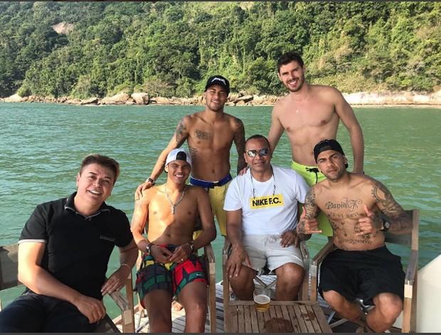 Neymar com o pai e alguns amigos (Foto: Reprodução/Instagram)