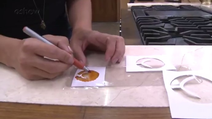 Será possível fazer um pingente para pulseira com uma embalagem plástica velha? (Foto: Reprodução)
