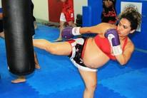 """Grávida de 8 meses treina muay thai e tem meta: """"Treinar até 9"""" (imagem/Tércio Neto)"""