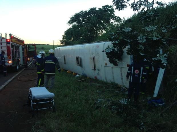 Ônibus que levava estudantes de Piquiri para Umuarama tomba na PR-486 (Foto: Camila Simões/RPC)