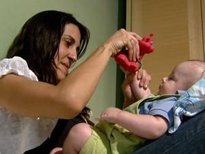 Técnica inédita desenvolvida pela UFSCar de São Carlos, SP, cria exercícios para bebês com dificuldades motoras (Foto: Rodrigo Sargaço / EPTV)