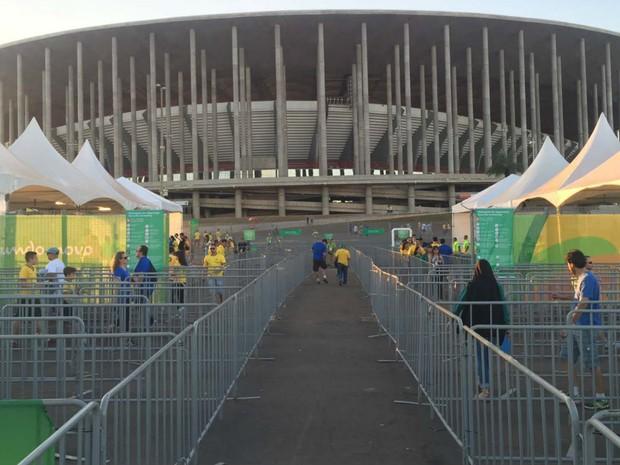 Torcedores começam a chegar para rodada dupla de futebol masculino no Mané Garrincha, em Brasília (Foto: Alexandre Bastos/G1)