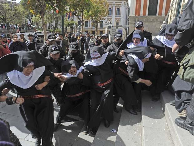 Mulheres que protestavam em La Paz contra a visita do Papa à Bolívia são reprimidas por policiais (Foto: AFP PHOTO/Jorge Bernal)