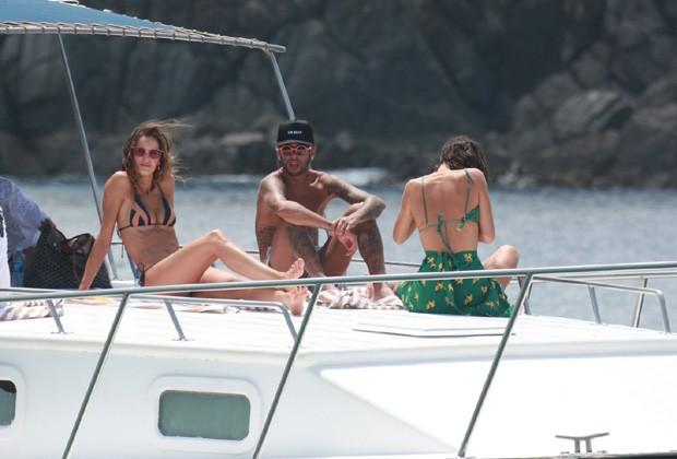 Bruna Marquezine e Neymar curtem barco com amigos (Foto: AgNews)