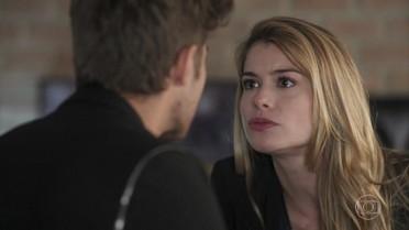 Diana pergunta a Léo se foi ele quem roubou a música de Gui