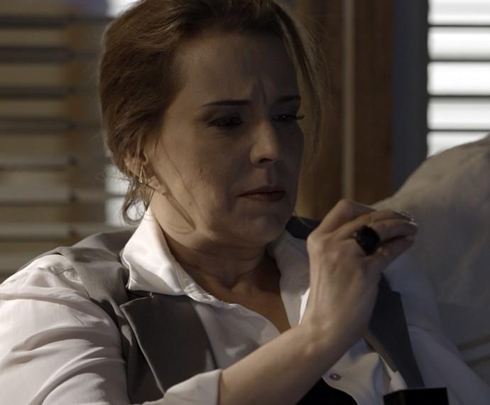 Emília leva um susto ao ver o presente de Lívia (Foto: TV Globo)