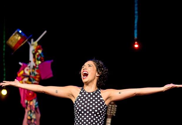 A atriz Maíra Oliveira encena o espetáculo Quando o coração transborda (Foto: Humberto Araújo/Divulgação)
