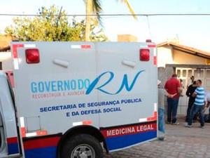 Segundo a polícia, mulher ainda teria tentado fugir, mas foi alcançada e morta a tiros (Foto: Marcelino Neto/G1)