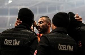 Oztekin comemora gol do Galatasaray com policiais (Foto: AFP)