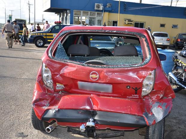 A polícia não informou o que causou o acidente. Ambulâncias do Samu e do Resgate da PRF foram chamados para socorrer os feridos, que tiveram apenas lesões leves (Foto: Walter Paparazzo/G1)