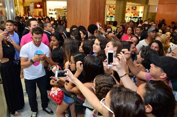 Klebber Toledo tira fotos com fãs em evento em Salvador (Foto: Uran Rodrigues/Divulgação)