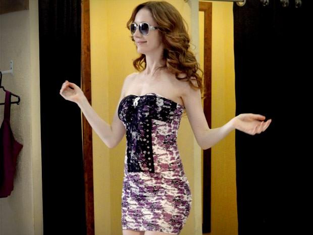 Noêmia fica toda boba com seu vestidinho novo (Foto: Avenida Brasil/TV Globo)