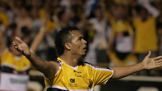 Zé Carlos comemora um dos 18 gols no Heriberto Hülse, pela Série B (Foto: Fernando Ribeiro, Divulgação / Criciúma EC)