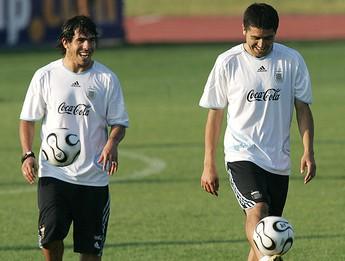 Tevez e Riquelme no treino da Argentina (Foto: AFP)