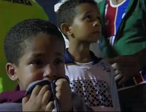 Criança chora durante confusão no jogo entre Bahia e Santos (Foto: Reprodução SporTV)