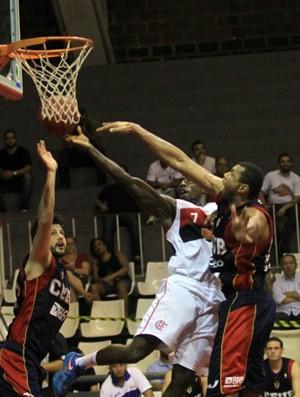 Guilherme do Brasília e Kojo do Flamengo nbb basquete (Foto: Ricardo Cassiano/LNB)
