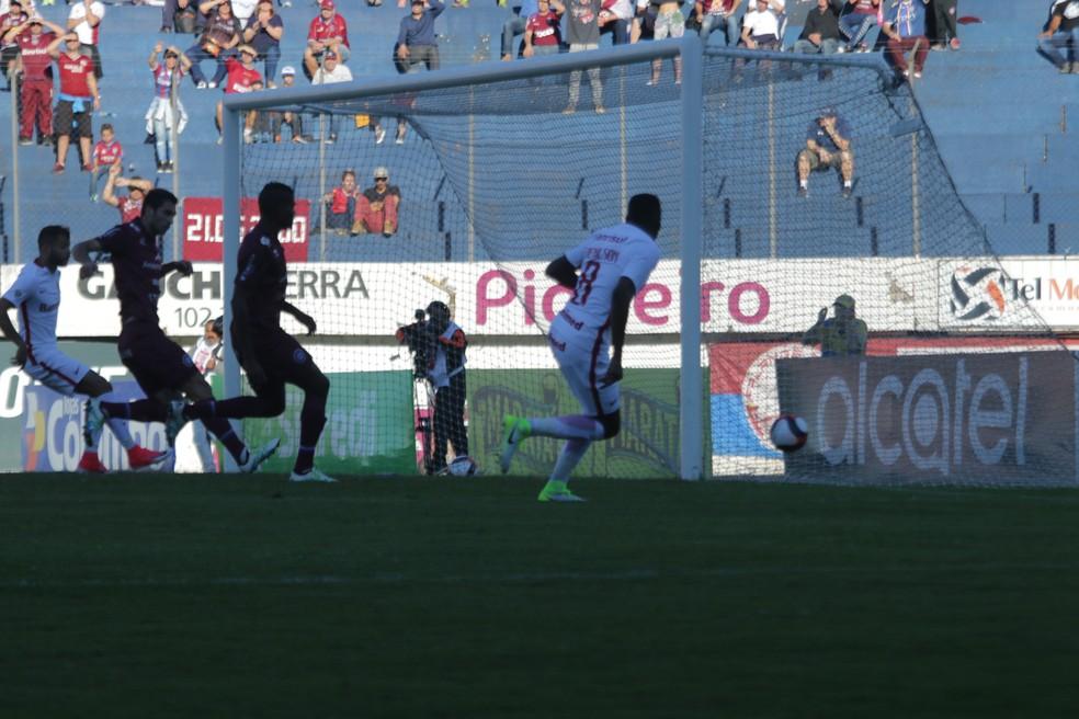 Edenílson erra a mira em chance clara  (Foto: Diego Guichard / GloboEsporte.com)