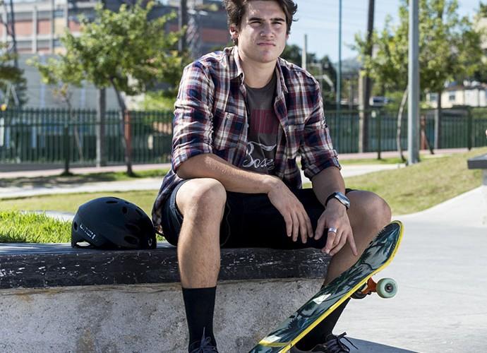 Camisa quadriculada e meia até a canela são marcas do skatista Rodrigo (Foto: Ellen Soares)