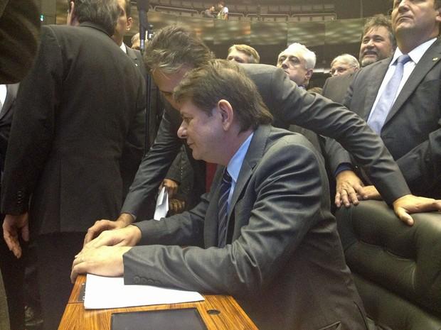 O ministro Cid Gomes sentado, entre deputados, depois de pronunciamento na tribuna da Câmara (Foto: Gerson Camarotti / G1)