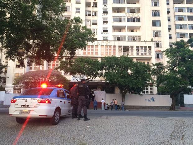 Viaturas da Polícia Militar permanecem em frente ao prédio desde a madrugada desta terça (Foto: Matheus Rodrigues/G1)