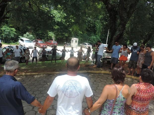 Grupo fez corrente de oração em frente ao hospital (Foto: Renan Koerich/GloboEsporte.com)