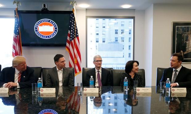 Presidente eleito Donald Trump se reúne com consultores do futuro governo, entre eles Elon Musk (na ponta, à dir), da Tesla (Foto: Shannon Stapleton/Reuters)