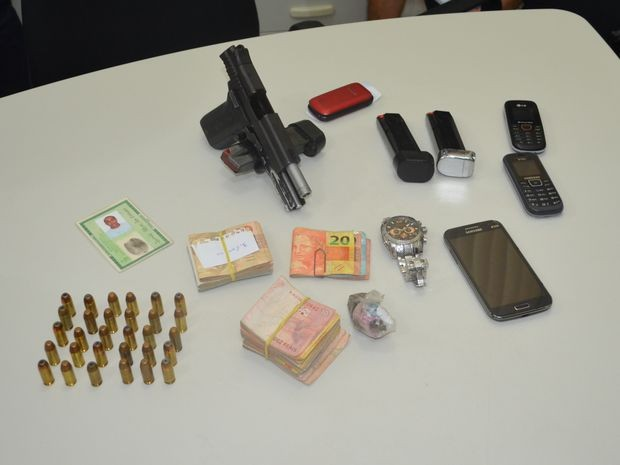 Segundo polícia , pistola apreendida foi roubada de um PM ano passado (Foto: Tássio Andrade/G1)