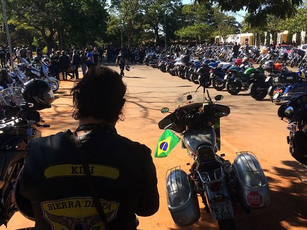 Grupo de motoclistas reunidos no cemitério Campo da Esperança, na Asa Sul, onde corpo de Antonio Mendes será sepultado na tarde desta terça (24) (Foto: Mateus Vidigal/G1)