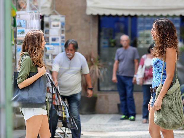 Regina e Cris se encontram na frente do prédio de Vinícius (Foto: Isabella Pinheiro / Gshow)
