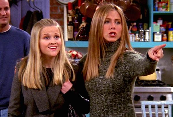 Reese Whiterspoon e Jennifer Aniston em cena de Friends (Foto: Reprodução)