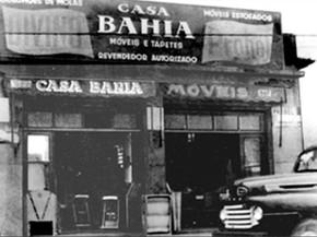 Na década de 1950, Samuel Klein começou a vender roupas de cama, mesa e banho de porta em porta pelas ruas de São Caetano do Sul. Em 1957, ele comprou sua primeira loja na cidade, e a batizou de Casas Bahia em homenagem aos imigrantes nordestinos (Foto: Divulgação/Casas Bahia)