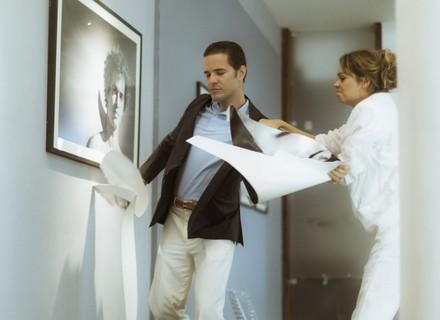 Vitor surta ao ver foto de Renato em exposição de Alice