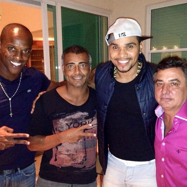 Romário curte show de Naldo (Foto: Reprodução)