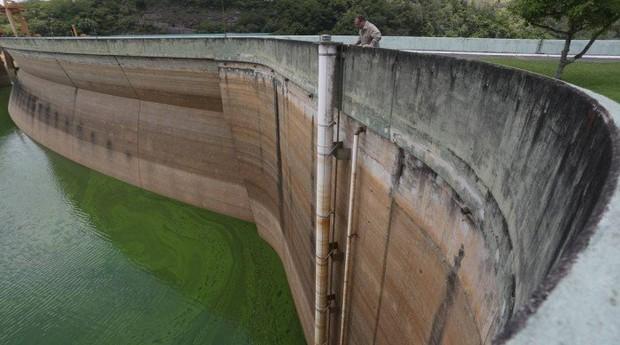 Reservatorios baixos fazem empresa renovar o uso da água. Reservatório da barragem de Funil com menos de 30% de sua capacidade (Foto: Agência O Globo)