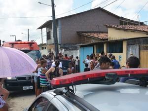 Residência onde foi morto o agente penitenciário ficou cercada de curiosos  (Foto: Walter Paparazzo/G1)