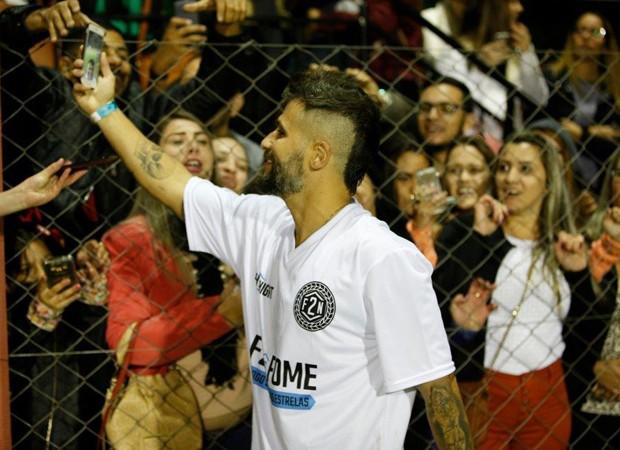 Bruno Gagliasso usa aplicativo de celular para fazer vídeo com torcida (Foto: Felipe Panfili/Divulgação)